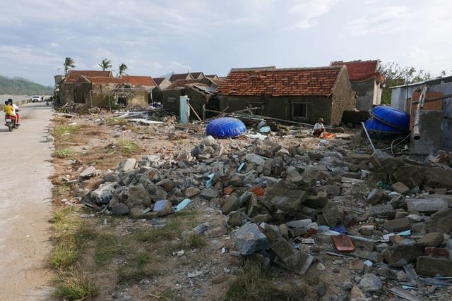 Một góc thôn Hải Nam sau bão, cả một khu nhà biến thành đống gạch vụn.
