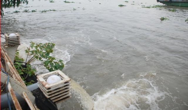 Nước hút về trực tiếp đổ ầm ầm ra sông Sài Gòn để chống ngập đường Nguyễn Hữu Cảnh