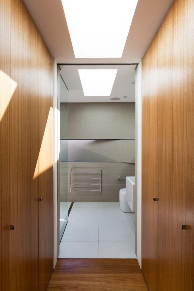 Một phòng tắm với kết cấu nội thất sáng tạo và khá đặc biệt khi biến tấu bức tường thành các hình khối xếp chéo chồng lên nhau khá lạ mắt và hút hồn người xem.