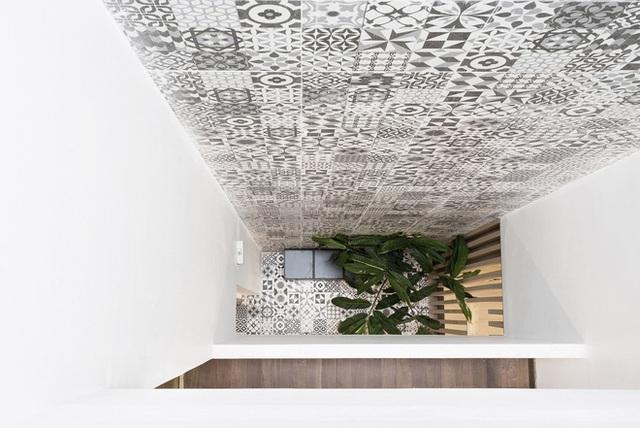 Bức tường gạch hoa thô mộc nối giữa các tầng.