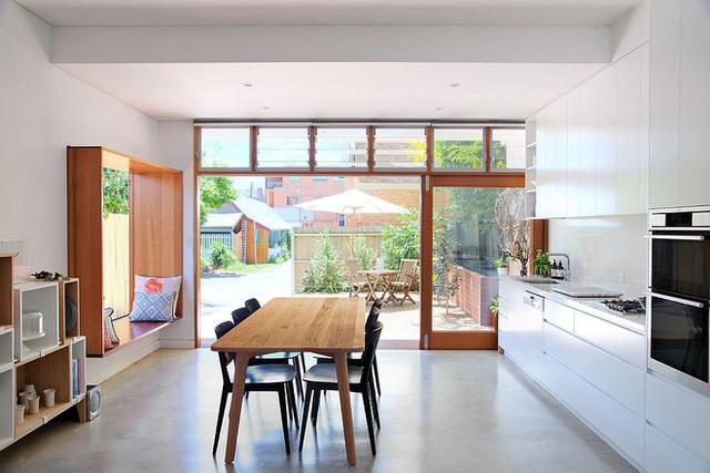 9. Đơn giản là với chất liệu bằng gỗ thống nhất với bàn ăn bạn đã có ghế ngồi bên cửa sổ đơn giản mà vẫn tiện ích.