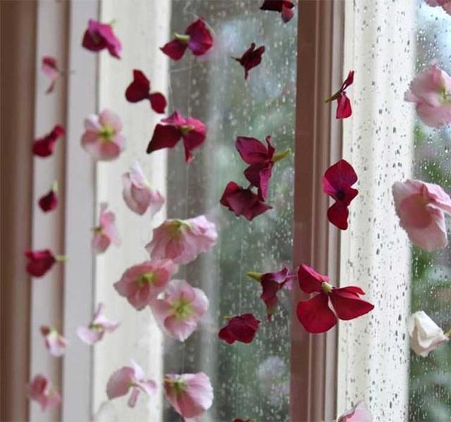 9. Cuối cùng là hãy khiến khung cửa sổ của bạn trở nên sống động hơn hẳn bằng những chuỗi dây hoa đi nào. Cách này đơn giản mà quá đẹp và độc đáo phải không?