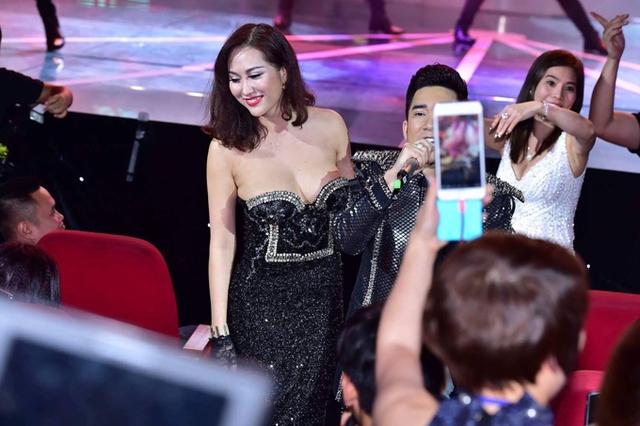Bộ cánh như đang chực chờ tuột xuống của Phi Thanh Vân trong live concert của Quang Hà mới đây