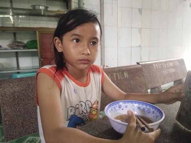 Em Phạm Hải Hoàng là trẻ mồ côi, hiện em đang học lớp 6 tại địa phương.