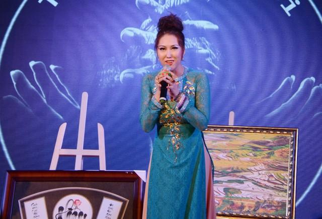 Phi Thanh Vân xin mua bức tranh chữ Hiếu với giá 20 triệu đồng để làm quà tặng mẹ. Tuy nhiên, bức tranh này được đấu giá với số tiền hơn 100 triệu. Vị nhà sư, tác giả bức tranh hứa sẽ tặng nữ diễn viên món quà khác vì cảm động trước sự hiếu thảo của chị.