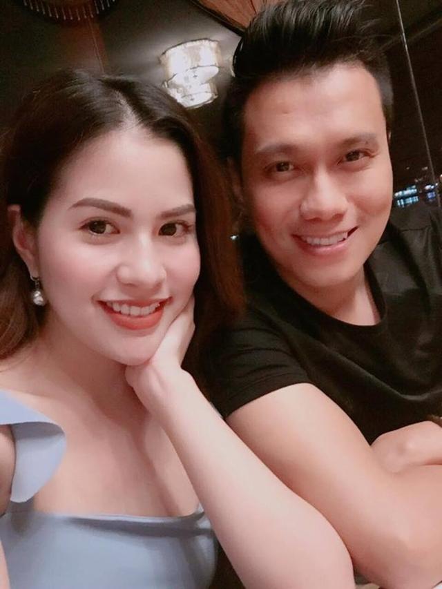 Thời gian rảnh rỗi, không đi đóng phim hay quảng cáo, Việt Anh đều đưa vợ đi chơi. Bức ảnh selfie của hai vợ chồng được người hâm mộ nhận xét có tướng phu thê.