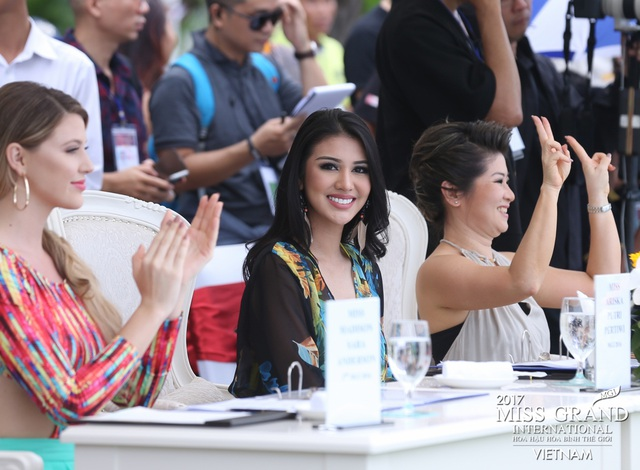 Thành phần ban giám khảo của phần thi áo tắm là những chuyên gia, người có sức ảnh hưởng trong làng thời trang trong và ngoài nước. Có thể kể đến như: Ms. Teresa Chaivisut (Phó chủ tịch MGIO), Ms. Ariska Putri (Miss Grand International 2016), Hoa hậu đền Hùng - Giáng My, Miss Madison Sara Anderson (Á hậu 3 MGI2016), Miss Michelle Gabriella Leon (Á hậu 4 MGI2016) và Sĩ Hoàng (Thạc sĩ nghệ thuật & Nhà thiết kế).
