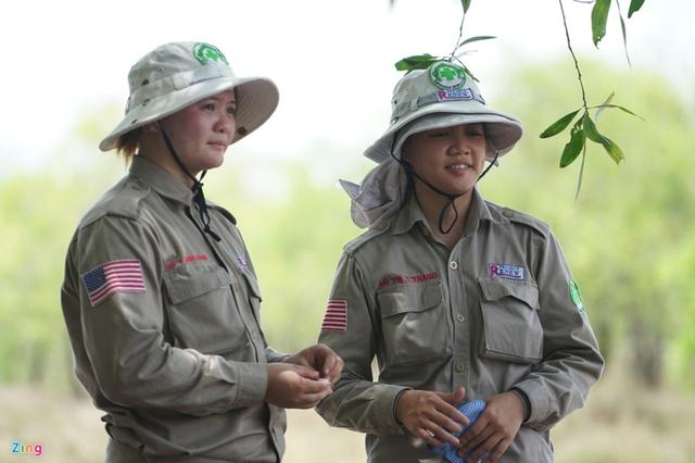 Chị Khánh (trái) và Trang (phải) nghỉ ngơi sau nhiều giờ làm việc. Ảnh: Duy Hiếu.
