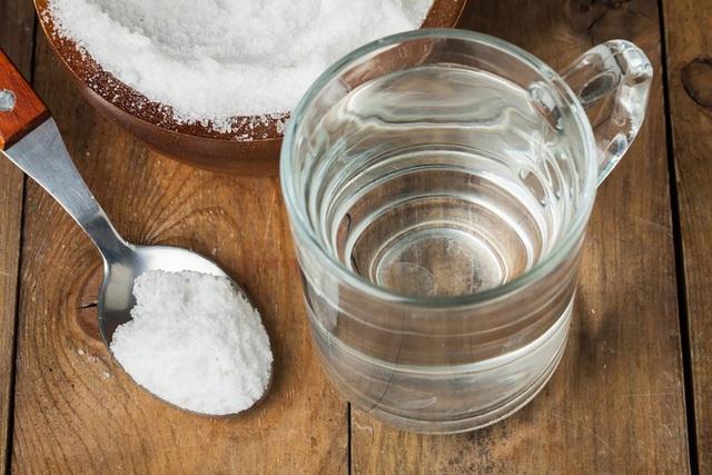 Rửa miệng bằng nước muối trong 30 giây để giúp lành vết loét. Nồng độ natri clorua cao hơn hút nước từ các mô xung quanh bằng thẩm thấu, giúp hồi phục các áp xe và các vết thương hở như vết loét nhiệt miệng.