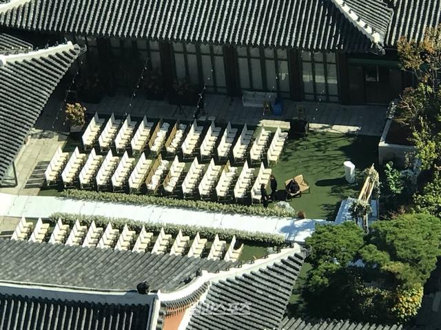 Khác với lễ cưới xa hoa của các nghệ sĩ hạng A, Song Hye Kyo - Song Joong Ki chọn cách trang trí đơn giản. Khu vực sân khấu chính chỉ phủ cỏ nhân tạo, ghế bọc vải trắng. Ước tính, cặp đôi mời khoảng 300 khách với 150 ghế cho mỗi bên gia đình. Ảnh: Daum.