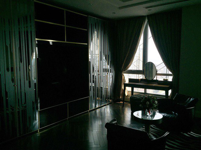 Bên trong phòng ngủ chính là các tủ được thiết kế riêng biệt cùng hệ thống rèm cửa tự động.