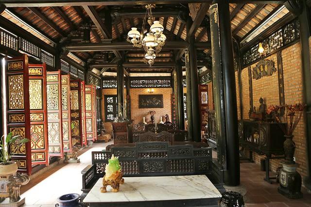 Khung cảnh bên trong đều được xây theo mô hình của ngôi nhà cổ ở Nam Định. Ngoài việc xây tường, mọi thứ từ gỗ đến vật dụng trang trí đều được thợ lắp ghép đúng.