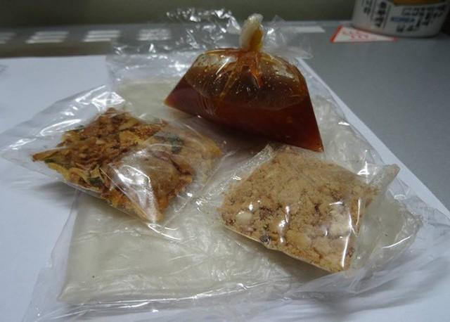 Trộn hỗn hợp nước me, đậu phộng giã nát, hành phi với nhau làm nước chấm. Cuộn bánh tráng Tây Ninh mềm dẻo lại, sau đó chấm với nước me chua ngọt. Giá khoảng 3.000 đồng/bịch.           Bánh tráng ống cuộn tôm khô là món ăn vặt quen thuộc của nhiều thế hệ học trò Sài Gòn. Giá một xâu gồm 10 ống khoảng 35.000 - 40.000 đồng, nhai vui miệng như những món snack khác.     Theo Ngôi sao
