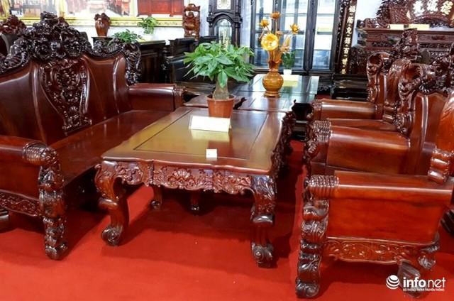 Bộ ghế triện lộc Vượng Tiến bằng gỗ mun của Lào, gồm 8 món có giá gần 260 triệu đồng.