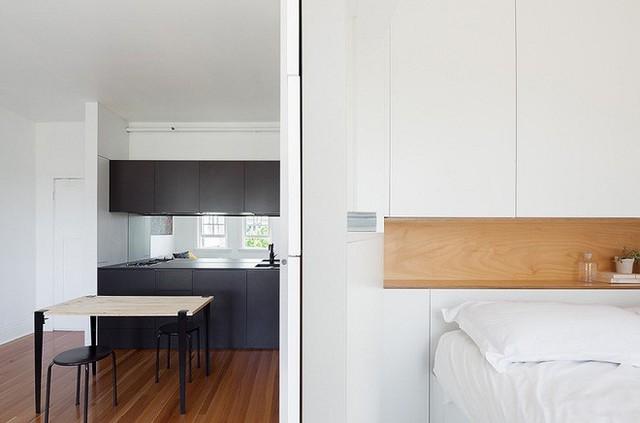 Bên phải chính là phòng ngủ đơn giản lấy tông màu trắng làm chủ đạo, để ăn gian diện tích và giúp cái nhìn rộng rãi hơn.