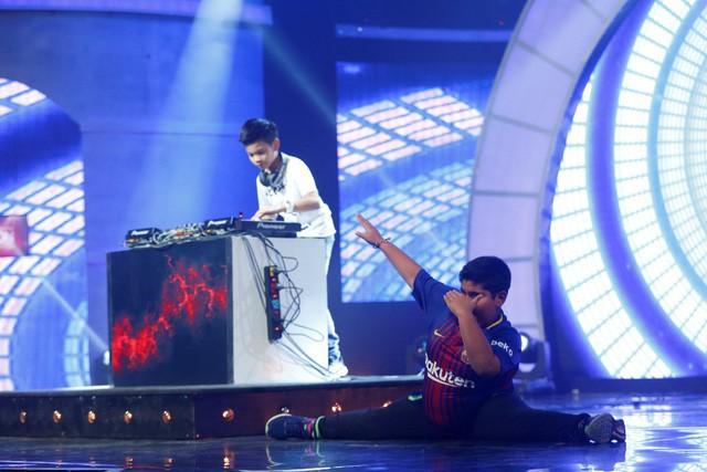 Bằng âm nhạc theo phong cách riêng của chính mình, Pique đã kết hợp với màn vũ đạo của cậu bé mũm mĩm người Ấn Độ đã từng lên sóng Mặt trời bé con - Akshat Singh, cả hai cùng khuấy động sân khấu của chương trình.