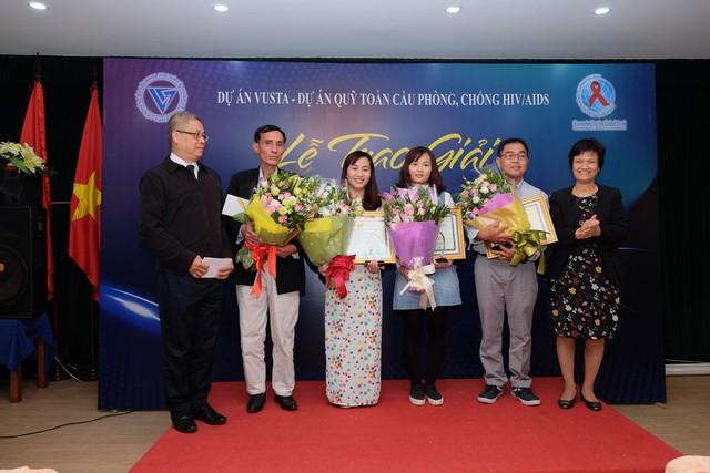Ban Tổ chức trao giải cho tác giả có tác phẩm đạt giải Khuyến khích. Ảnh: Trần Minh