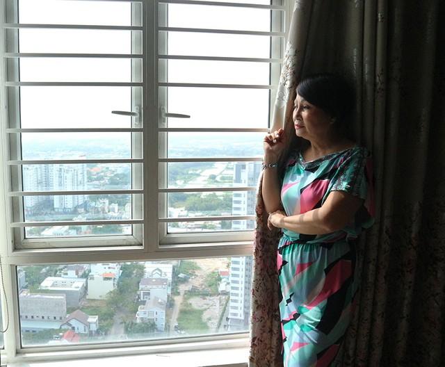 Nằm ở tầng 26, căn hộ của Hải Lý có thể ngắm cảnh toàn thành phố. Chị hài hước tiết lộ: Bạn bè, người thân bảo tôi sao trẻ quá vậy. Tôi chỉ biết cười lại. Có thể tôi chẳng phải lo lắng gì về chuyện gia đình, con cái nên tinh thần luôn thoải mái, tươi trẻ.