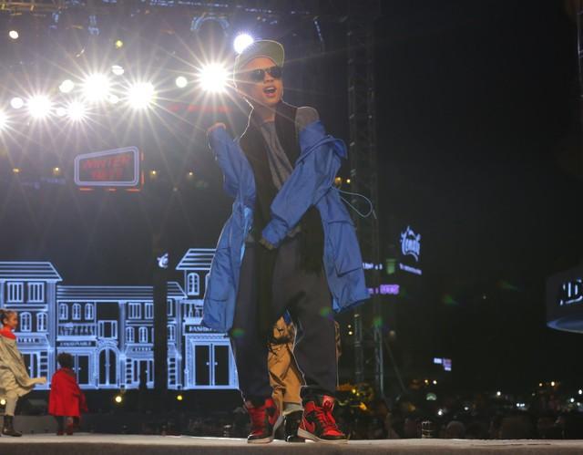 """Có thể nói, BST """"Urban Cool""""mang đậm chất thời trang âm nhạc đường phố với áo khoác gió dáng dài và kiểu quần quần thụng còn dành cho giới trẻ."""