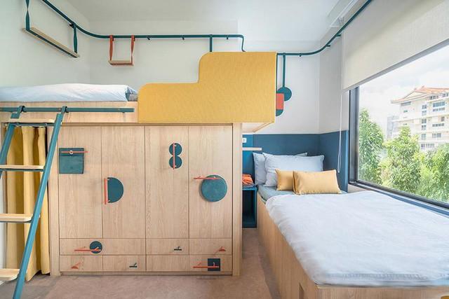 Ở một phòng khác, giường ngủ bố trí hợp lý khi sử dụng được không gian ngay dưới gầm làm tủ để đồ hết sức tiện ích, phòng có view nhìn ngắm đất trời thật tuyệt vời.