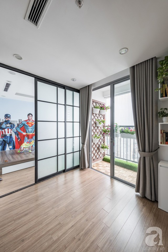 Phòng của cậu con trai được tách biệt với khu vực tiếp khách của gia đình bằng vách trượt theo phong cách Nhật Bản. Không gian có thể được tách biệt riêng tư khi cần thiết và cũng có thể được kết nối với phòng khách để tăng diện tích vui chơi cho bé.