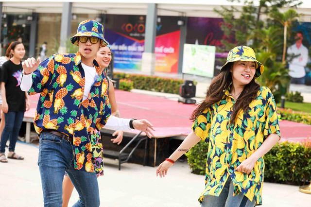 Đôi tình nhân còn mặc đồ ton sur ton, cùng biểu diễn điệu Zumba để khuấy động không khí của lễ hội Coco Starlight Fest 2017.