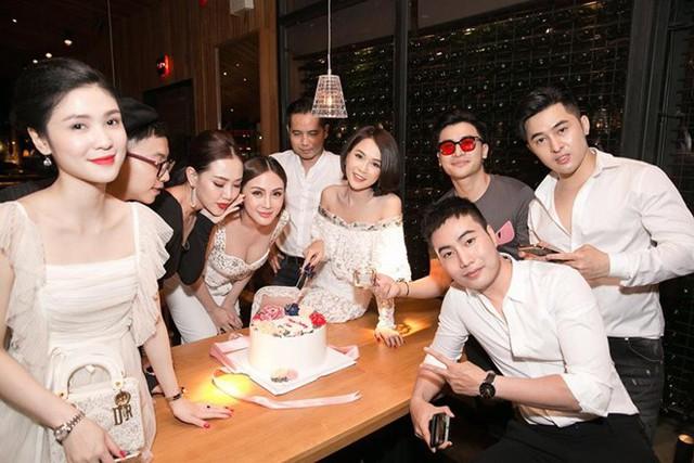 Ấn tượng nhất là bữa tiệc sinh nhật hoành tráng và xa hoa mà Sam tổ chức tại một nhà hàng sang trọng cùng bạn bè, đồng nghiệp.