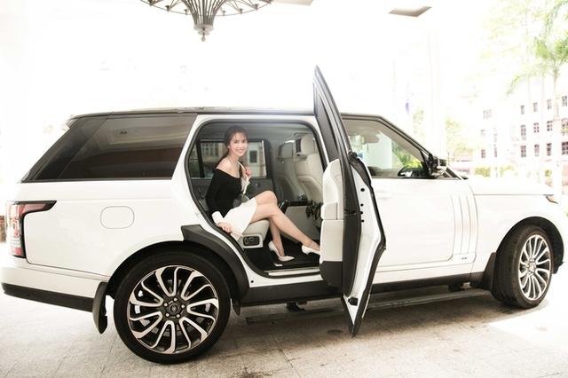 Ngoài ra, chiếc xe mà người đẹp đang sử dụng có giá trị hơn 8 tỷ đồng.