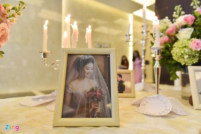 Trước đó, cặp uyên ương chụp ảnh cưới tại một studio ở Hà Nội. Thu Ngân vốn là người kín tiếng, không thích ồn ào nên cô gần như không chia sẻ gì về đám cưới trên trang cá nhân.