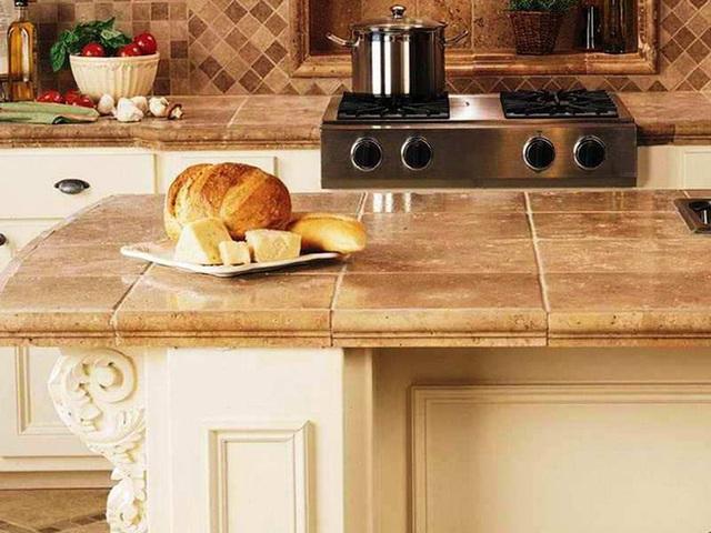 Đảo bếp bằng gạch xi măng và những viên gạch được ghép từ nhiều mảnh nhỏ khiến cho phòng bếp này trở nên độc đáo hơn.