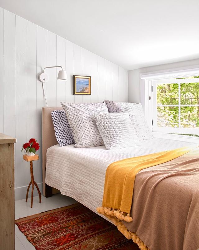 Phòng ngủ dành cho khách này chỉ có chiều rộng khoảng 3m, nhưng lại có một view ngắm cảnh tuyệt vời ra không gian bên ngoài từ ngay chính cửa sổ bên giường.