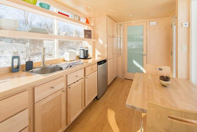 Phía trong cùng bên cạnh phòng bếp là khu vực vệ sinh. Với không gian có diện tích hẹp, chủ nhân đã khéo léo lắp đặt thêm những nội thất nhỏ xinh, vừa vặn với kích cỡ của ngôi nhà, vừa giúp cuộc sống thêm đầy đủ tiện ích vừa tạo vẻ đẹp gọn thoáng, ngay ngắn cho không gian.