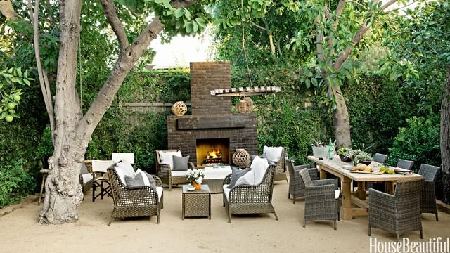 10. Tuyệt vời và hoang dã nhất chính là một không gian ngoài trời mà không cần mái che. Bạn có thể xếp bàn ghế ngay dưới những gốc cây lớn ở vườn. Tất nhiên là có thể đặt thêm bếp sưởi, đèn treo tuỳ theo phong cách bạn trang trí và sắp xếp cho góc ngồi này.