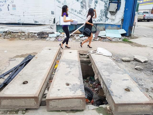 Nắp cống dở dang tại đường Nguyễn Xiển.