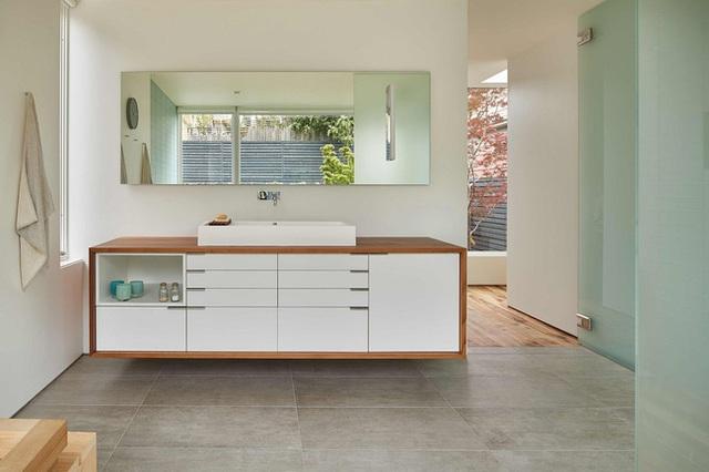 Phòng tắm được trang trí theo phong cách Nhật, đơn giản từ màu sắc đến cách bố trí nội thất.