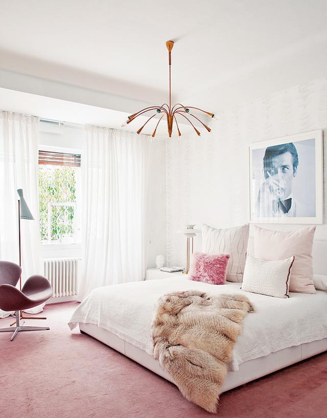 10. Phòng ngủ con gái còn được đặc trưng bởi những đường nét cong uốn lượn mà bạn có thể bắt gặp ở chiếc ghế đơn hay bộ đèn chùm.