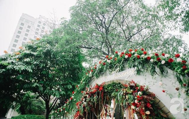 Cổng được kết bằng hồng đỏ và các loài hoa ngoại nhập.