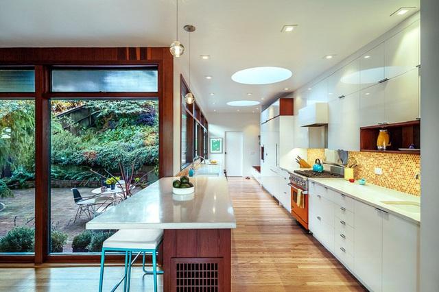 10. Từ căn bếp bạn có thể nhìn ngắm góc vườn xanh mát bấy lâu nay bạn dày công chăm sóc.