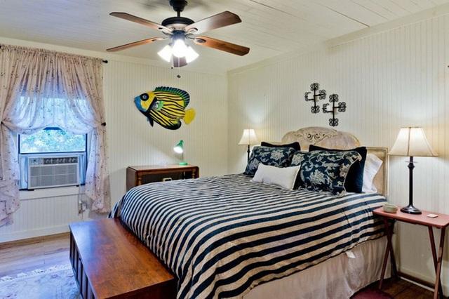 Phòng ngủ có một chiếc quạt trần theo kiểu cổ điển làm điển nhấn chính của cả không gian.