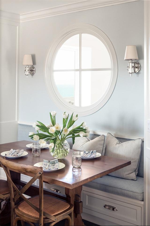 24. Mặc dù kích thước nhỏ, nhưng một chiếc ghế băng có thể luôn luôn trông rất lớn, bí mật chính là nằm ở phong cách của nó. Tone màu nhã nhặn của góc nhỏ này tạo cảm giác rộng rãi trong khi chiếc ghế màu xanh denim lại làm mềm đi sự hiện diện của gỗ.
