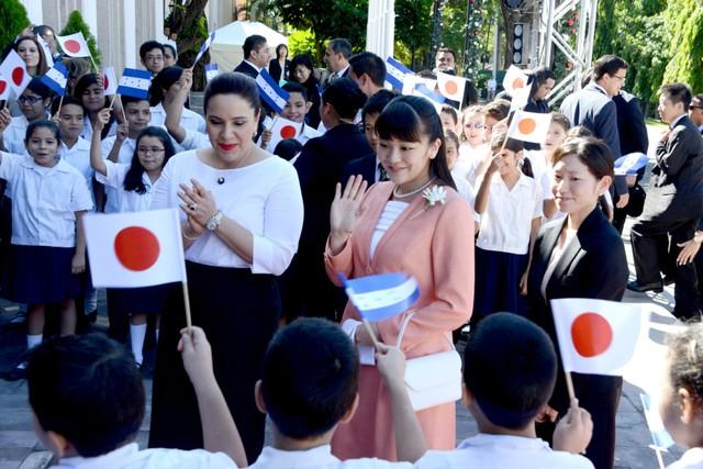 Hôm 16/5, hoàng gia Nhật thông báo công chúa Mako (áo hồng) sẽ kết hôn vào năm tới với người bạn quen từ thời đại học Kei Komuro. Komuro, 25 tuổi, hiện làm việc cho một công ty luật tại Tokyo.