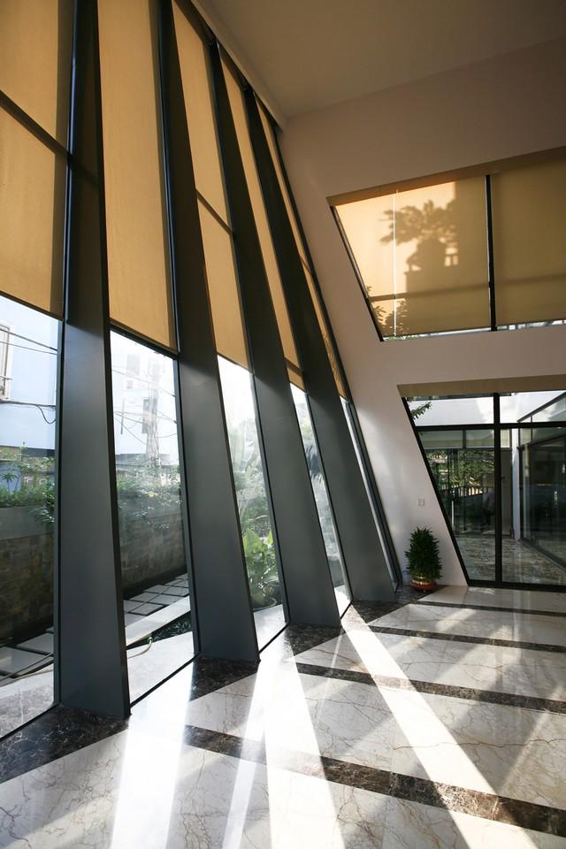 Những tấm cửa kính lớn đều có rèm chống nắng khi cần thiết.