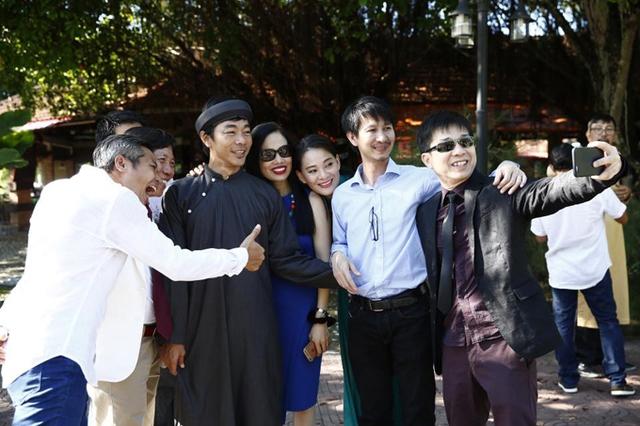 Đạo diễn phim Cánh đồng bất tận - Nguyễn Phan Quang Bình (thứ hai từ phải qua), diễn viên Tuyết Thu, đạo diễn Lê Hóa (thứ ba, thứ tư từ phải qua) và nhiều nghệ sĩ hào hứng góp mặt trong ngày vui của Nguyễn Tranh.