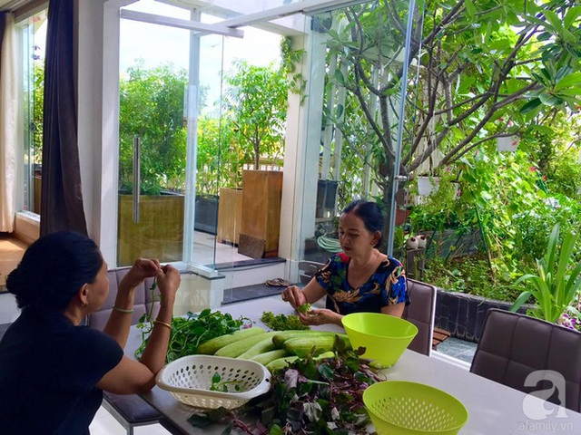 Mẹ chị Hiền bên thành quả thu hoạch được trong vườn.