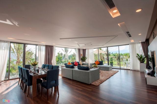 Tầng 2 là phòng khách và phòng ăn với ban công hướng về nhiều phía. Vẫn phong cách nội thất đơn giản nhưng tinh tế khiến cho căn biệt thự vẫn toát lên sự sang trọng, ấm cúng.
