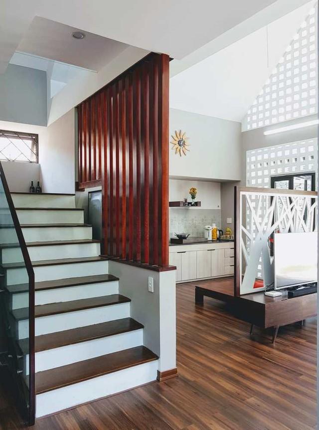 Tông màu chính trong thiết kế công trình là trắng và nâu gỗ.