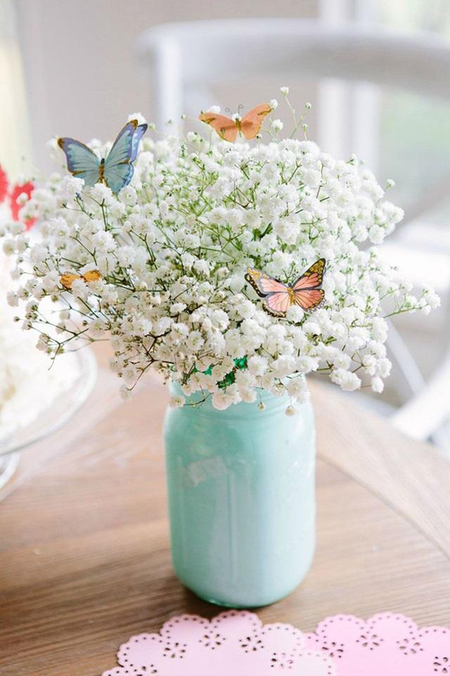 8. Lọ thủy tinh được sơn màu xanh bạc hà, cộng thêm những bông hoa baby và những chú bướm giả - bạn sẽ cảm nhận như mình đang ở giữa một cánh đồng hoa với bướm bay dập dờn.