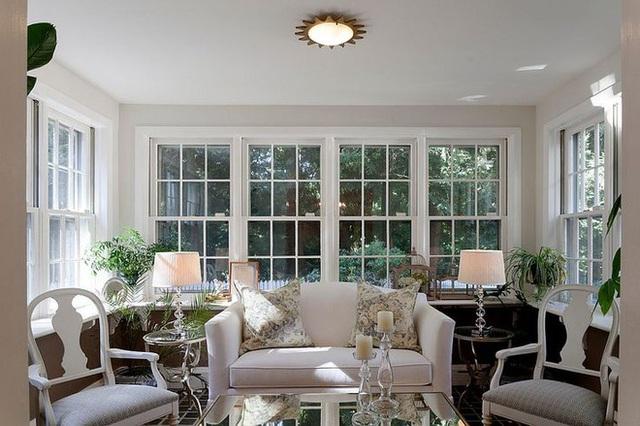 Ghế sofa trắng mềm, tường màu trắng và thiết kế kiểu tối giản khiến căn phòng rất thoáng đãng.