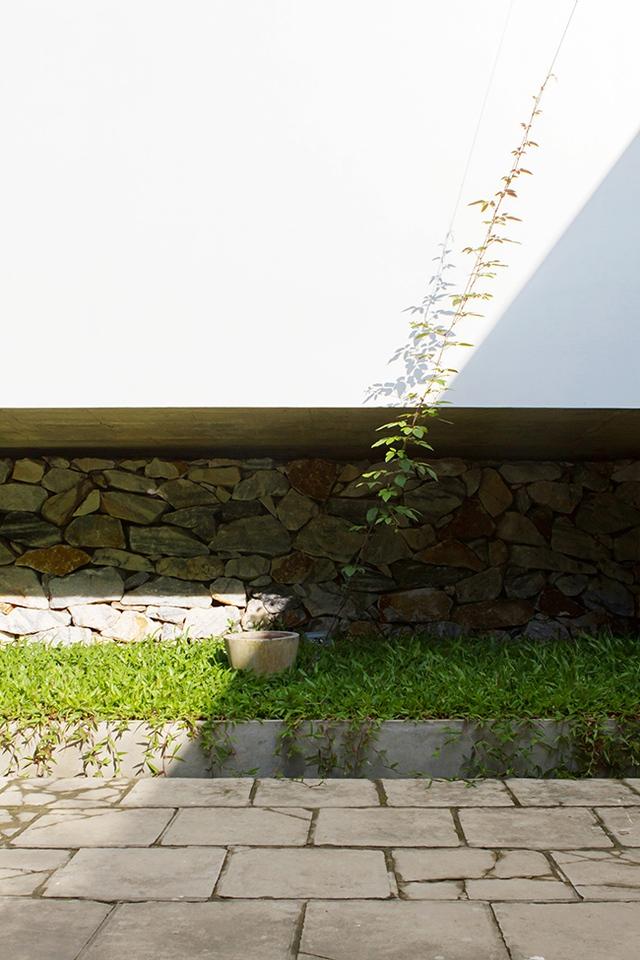 Khoảng trống tạo nên bởi phiến đá lớn có thể tận dụng làm chỗ trồng cây cảnh hoặc hoa để làm đẹp cho không gian sống.