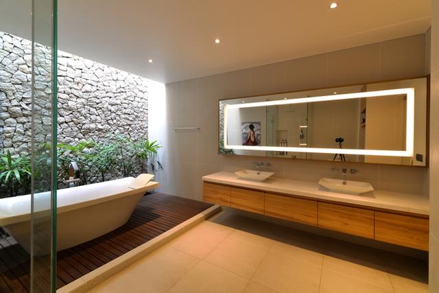 Diện tích đất rộng giúp gia chủ có điều kiện nhận ánh sáng thiên nhiên ở mọi phòng.